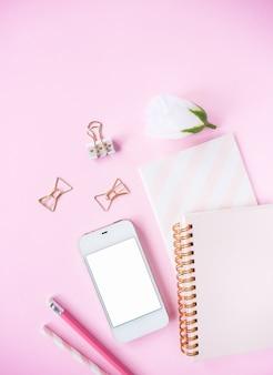 Bovenaanzicht, roze kleur bureau.