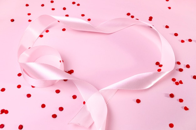 Bovenaanzicht roze lint op tafel