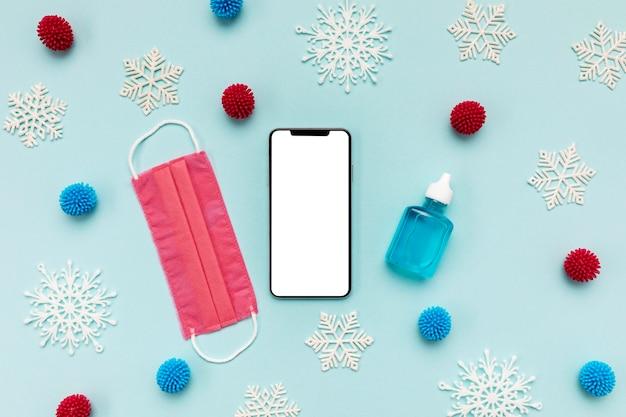 Bovenaanzicht roze medisch masker en lege telefoon