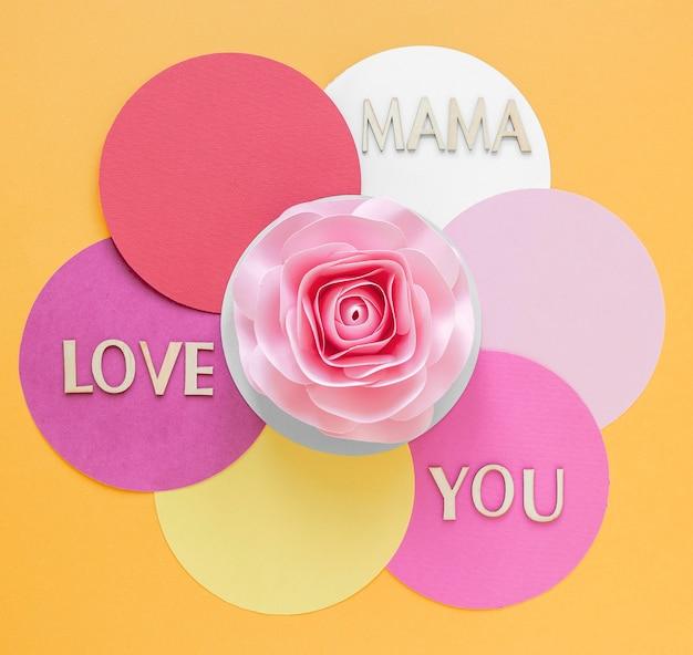 Bovenaanzicht roze papieren bloem