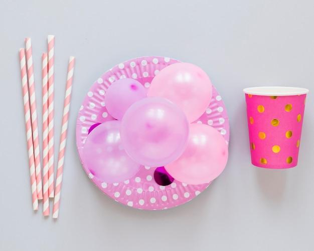 Bovenaanzicht roze partij ornamenten arrangement