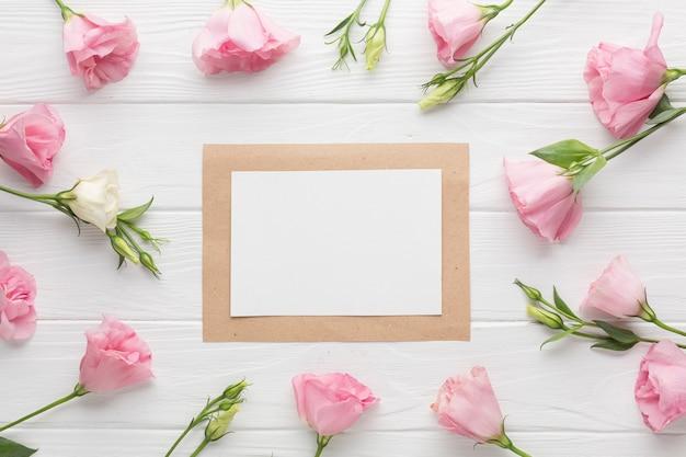 Bovenaanzicht roze rozen arrangement met frame