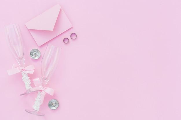 Bovenaanzicht roze stijlvolle arrangement voor bruiloft met kopie ruimte