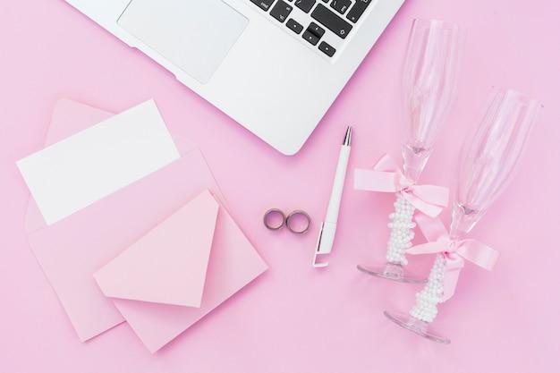 Bovenaanzicht roze stijlvolle arrangement voor bruiloft