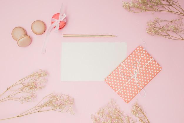 Bovenaanzicht roze verjaardag items