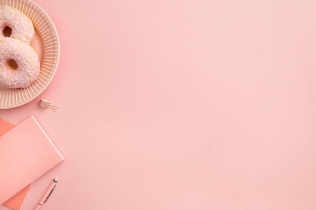 Bovenaanzicht roze werkplek samenstelling met kopie ruimte