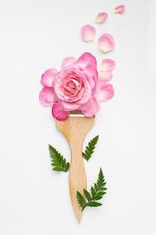 Bovenaanzicht rozen bloemen en schilderij penseel