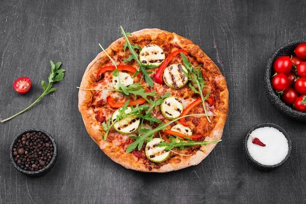 Bovenaanzicht rucola pizza arrangement