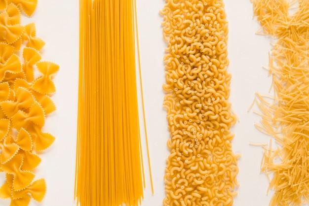 Bovenaanzicht ruwe pasta stapels