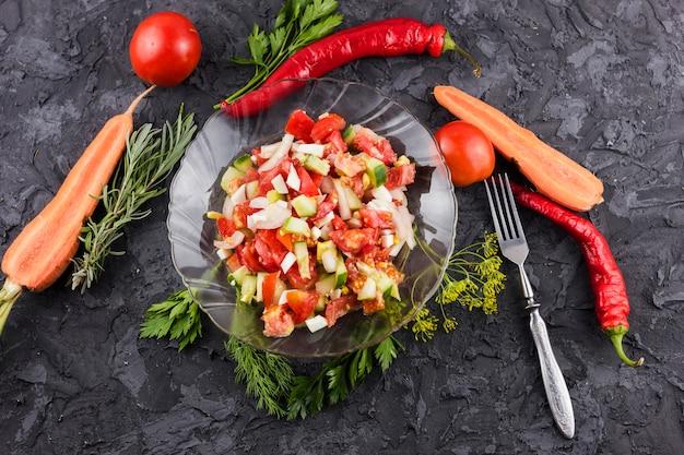 Bovenaanzicht salade en ingrediënten lay-out