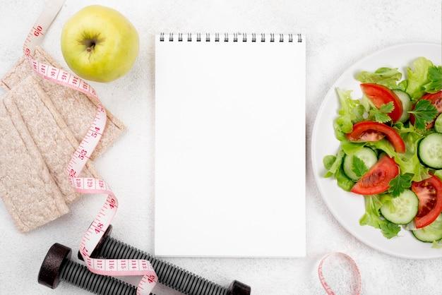 Bovenaanzicht salade en notebook