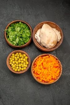 Bovenaanzicht salade ingrediënten met kip op donkere tafel gezondheid salade maaltijd dieet