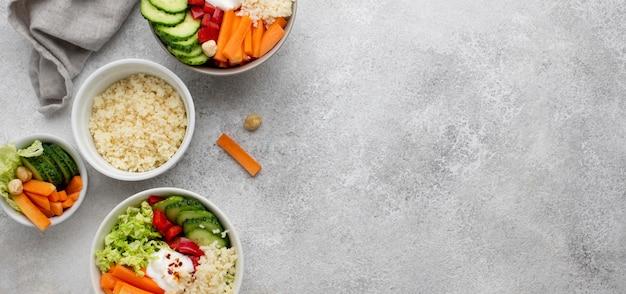 Bovenaanzicht salade met couscous en groenten met kopie-ruimte