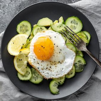 Bovenaanzicht salade met ei