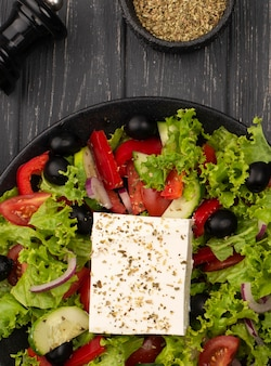 Bovenaanzicht salade met fetakaas en kruiden