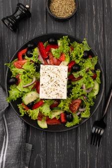 Bovenaanzicht salade met fetakaas en oregano