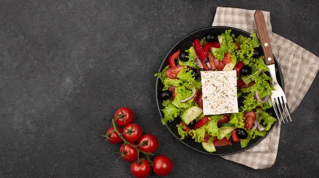 Bovenaanzicht salade met fetakaas en tomaten