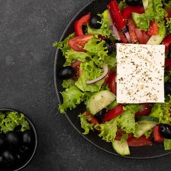 Bovenaanzicht salade met fetakaas