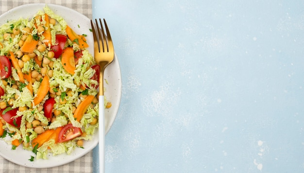 Bovenaanzicht salade met kikkererwten en kopie-ruimte