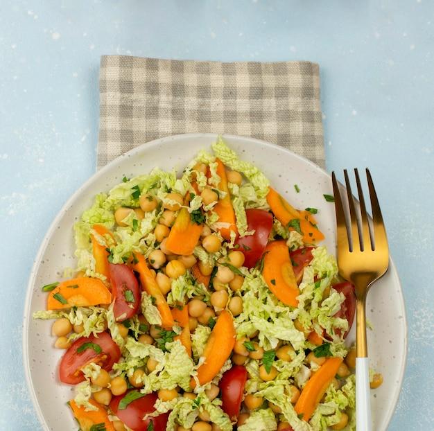 Bovenaanzicht salade met kikkererwten