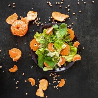 Bovenaanzicht salade met mandarijn op tafel