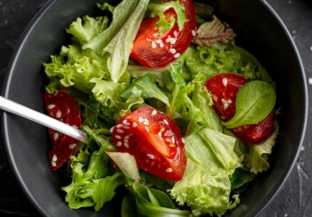 Bovenaanzicht salade met verschillende ingrediënten close-up