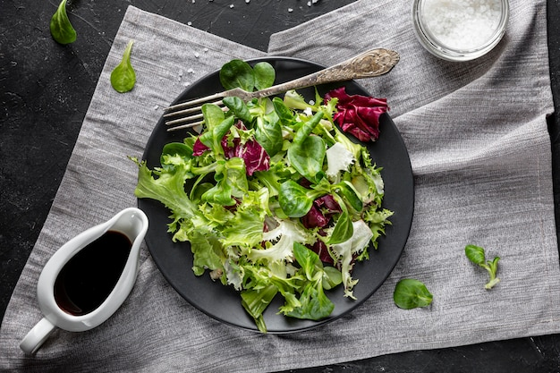 Bovenaanzicht salade met verschillende ingrediënten