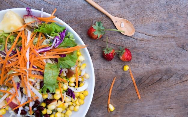 Bovenaanzicht salade op houten tafel