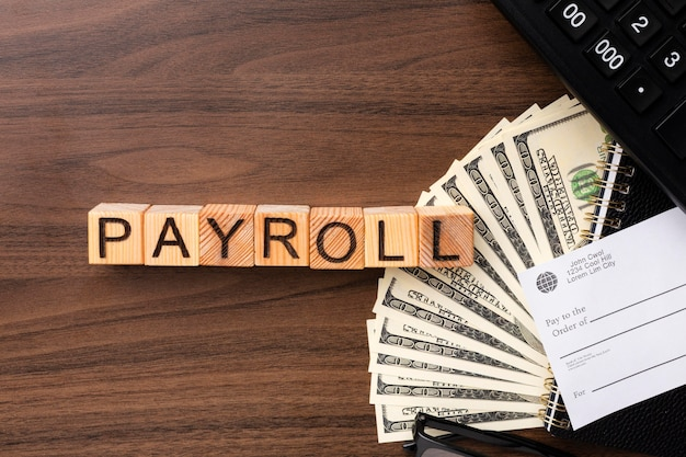 Bovenaanzicht salarisconcept met contant geld