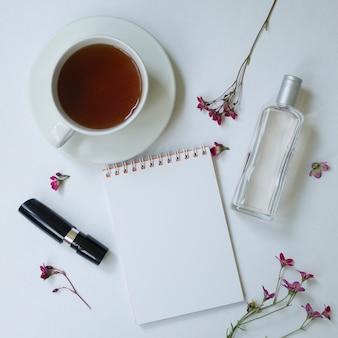 Bovenaanzicht samenstelling met vrouwelijke werkruimte mock up met wilde zomerbloemen