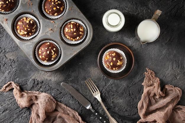 Bovenaanzicht samenstelling van chocolade cupcakes
