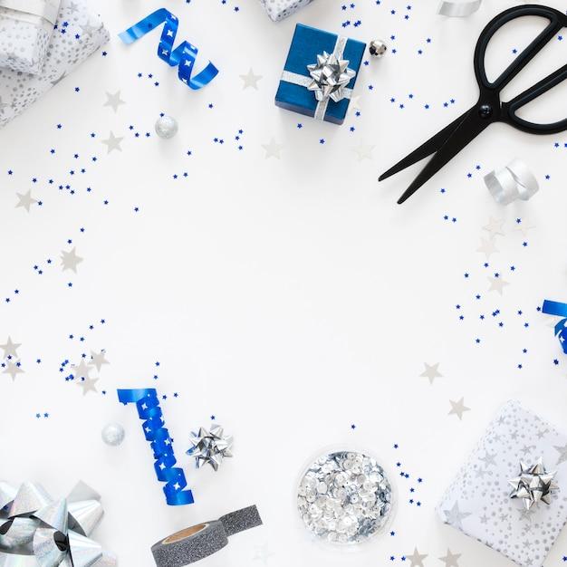 Bovenaanzicht samenstelling van feestelijk verpakte cadeautjes met kopie ruimte