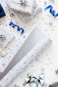 Bovenaanzicht samenstelling van feestelijk verpakte cadeautjes