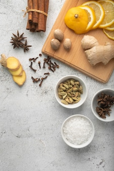 Bovenaanzicht samenstelling van heerlijk eten en ingrediënten