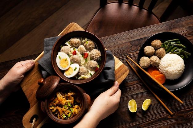Bovenaanzicht samenstelling van heerlijke indonesische bakso