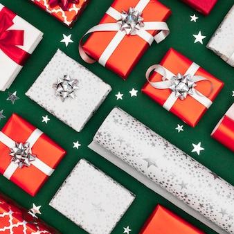 Bovenaanzicht samenstelling van ingepakte geschenken