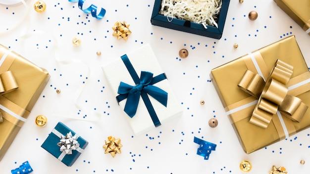 Bovenaanzicht samenstelling van verpakte cadeautjes