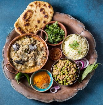 Bovenaanzicht samenstelling van verschillende pakistaanse voedingsmiddelen