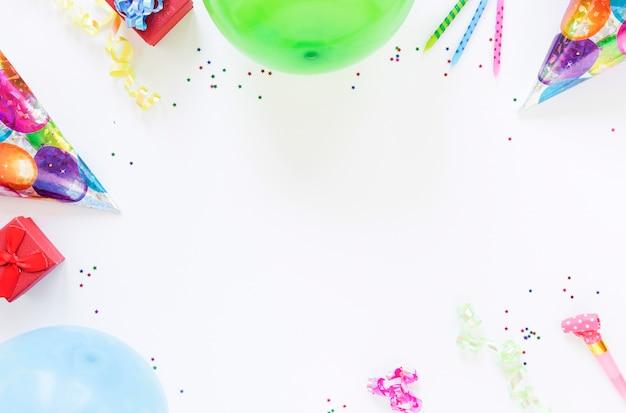 Bovenaanzicht samenstelling van verschillende verjaardag objecten met kopie ruimte