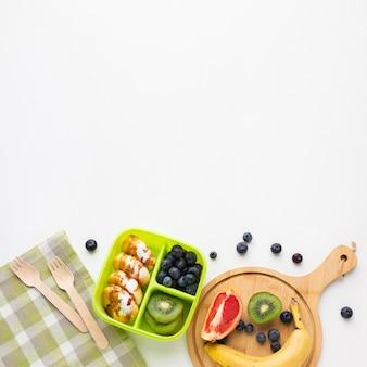 Bovenaanzicht samenstelling van verschillende voedingsmiddelen met kopie ruimte