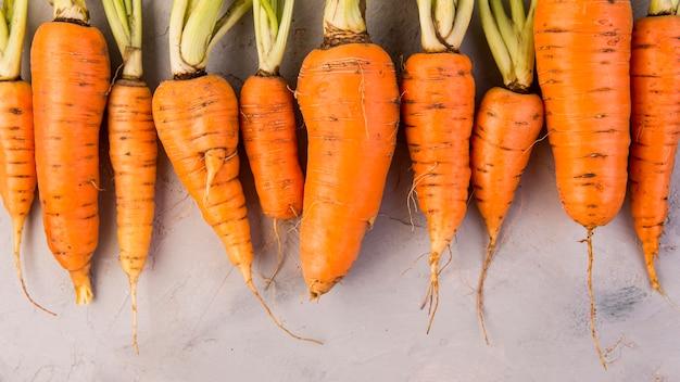 Bovenaanzicht samenstelling van wortelen met kopie ruimte