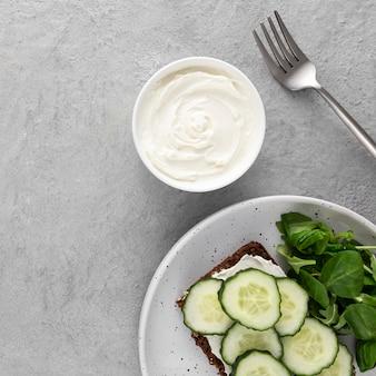 Bovenaanzicht sandwich met komkommers op plaat met vork