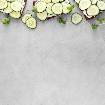 Bovenaanzicht sandwiches met komkommers en kopie-ruimte