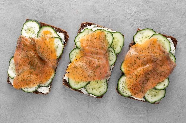 Bovenaanzicht sandwiches met komkommers en zalm