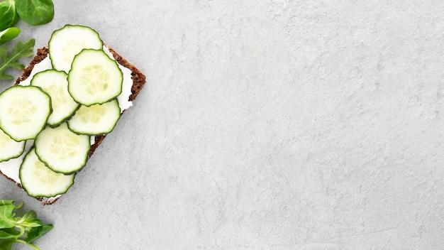 Bovenaanzicht sandwiches met komkommers met kopie-ruimte