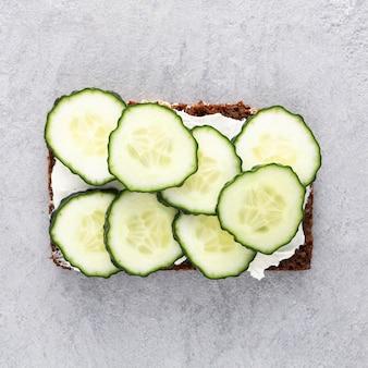 Bovenaanzicht sandwiches met komkommers