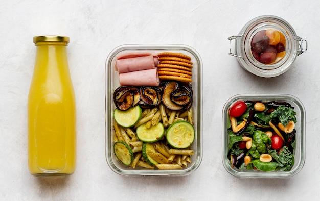 Bovenaanzicht sapfles en verpakt voedsel