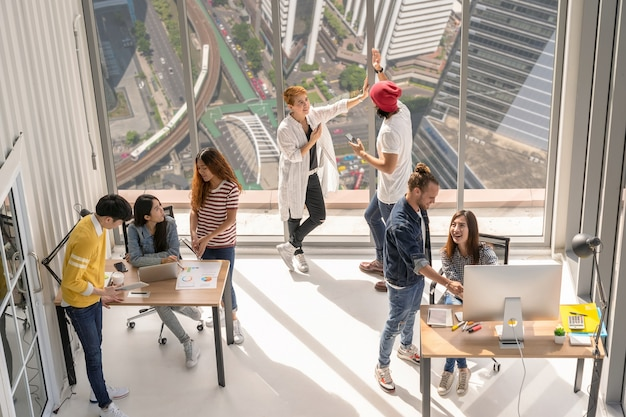 Bovenaanzicht scène groep aziatische en multi-etnische zakenmensen met een casual pak aan het werk