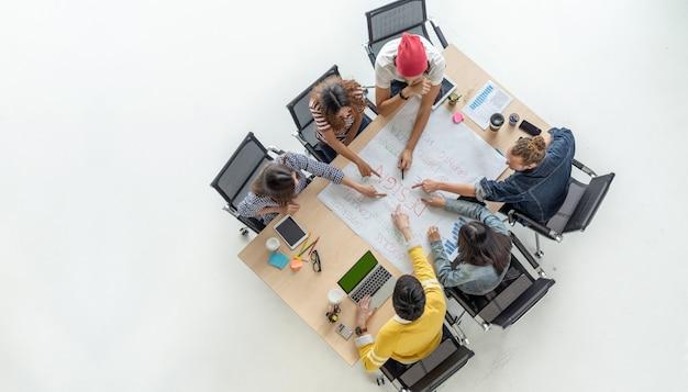 Bovenaanzicht scène van aziatische en multi-etnische zakenmensen met casual pak werken met brainstormen