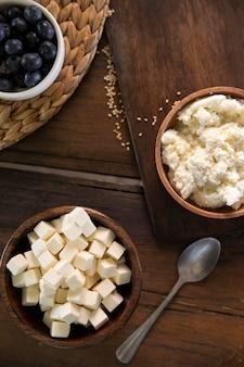 Bovenaanzicht schaal met lekkere kaas